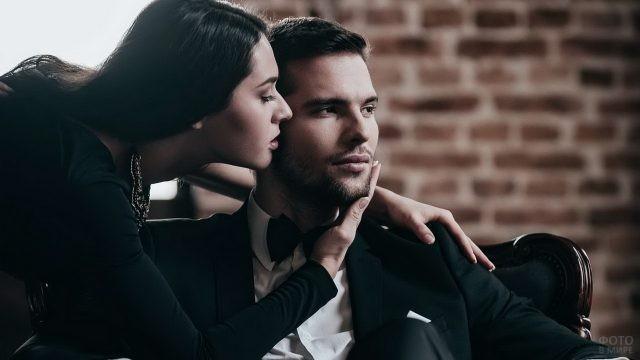 Девушка рядом с брутальным мужчиной