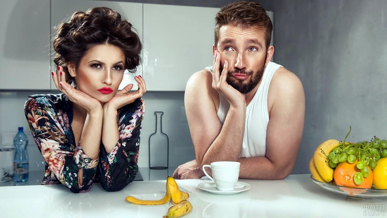 Девушка с парнем на кухне за столом