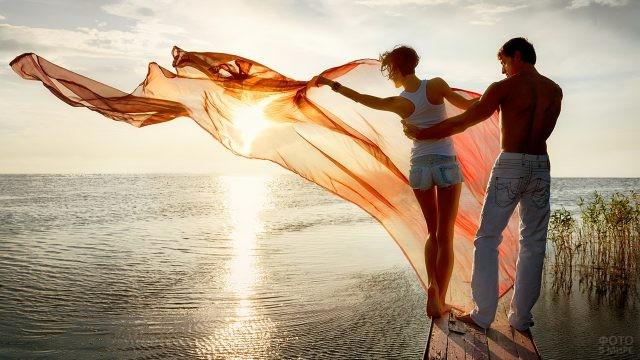 Девушка с парнем на мостике у водоёма