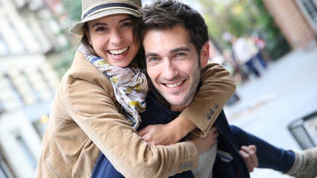 Девушка в шляпе обнимает парня