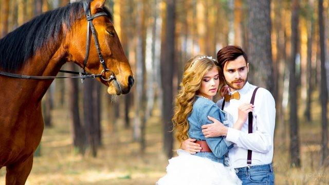 Молодожёны в лесу рядом с лошадью