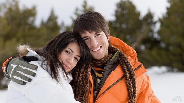 Молодые люди в зимних куртках на природе