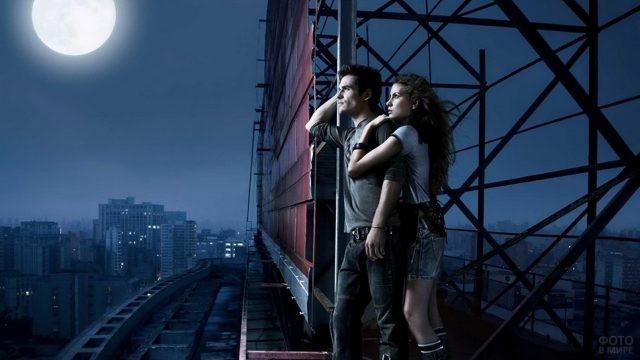 Пара ночью на крыше в свете луны