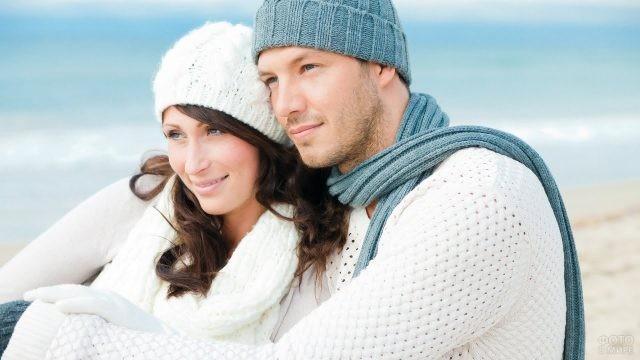 Пара в шапках и вязанных свитерах