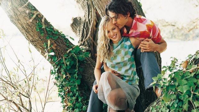 Парень с девушкой на дереве