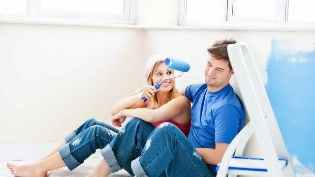 Парень с девушкой отдыхают от ремонта