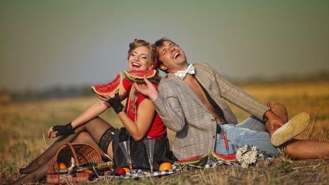 Пикник влюблённых с арбузами в ретро-стиле