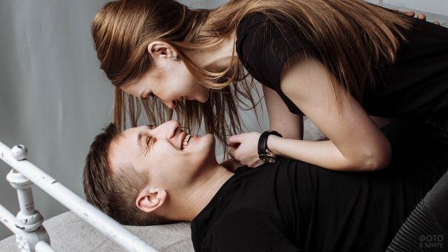 Счастливые люди на кровати