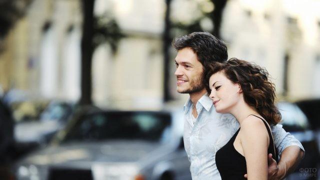 Улыбающаяся пара на улице