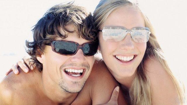 Улыбчивые люди в солнцезащитных очках