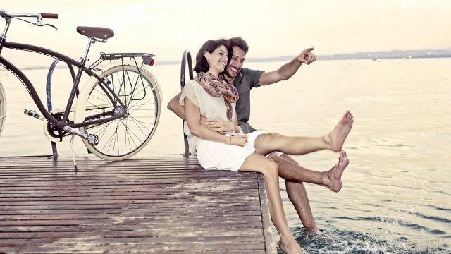 Влюблённые на причале возле велосипеда