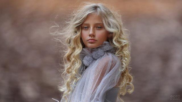 Юная девушка в лёгкой блузке на улице