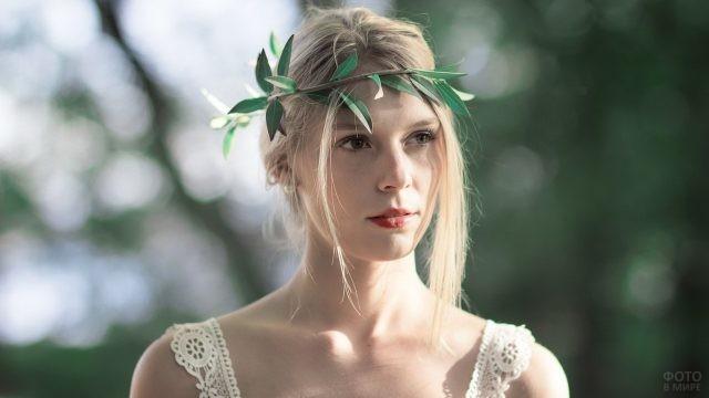Кареглазая блондинка в венке из ветки
