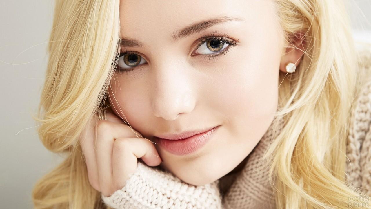 Кареглазая девушка в вязаном свитере
