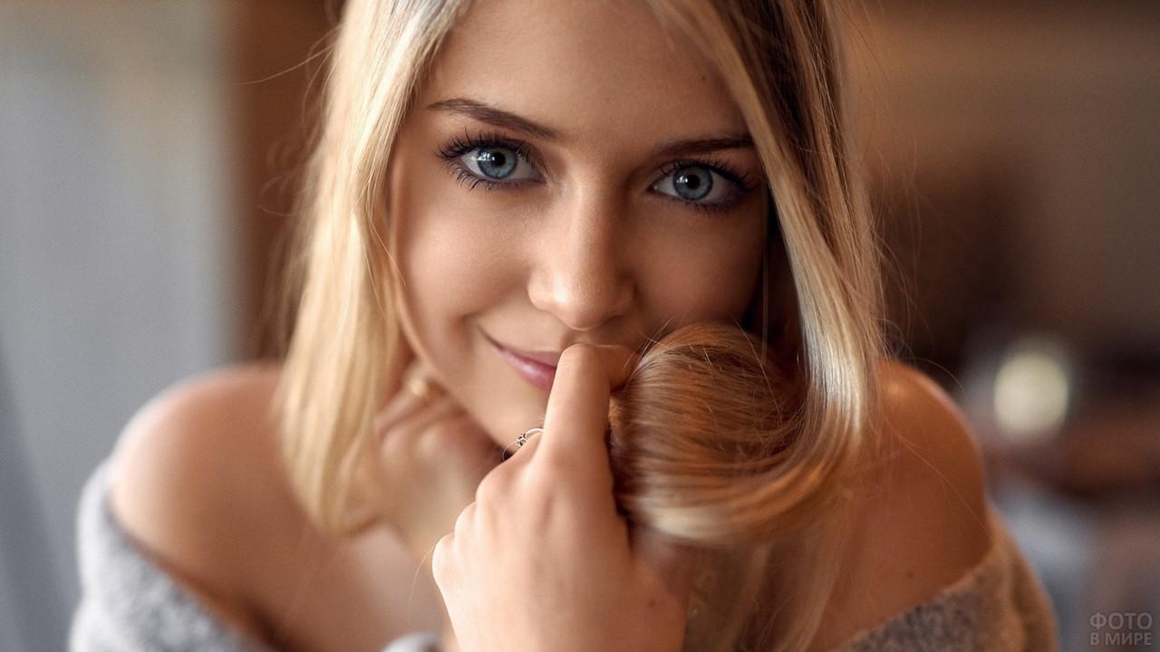 Милая девушка теребит волосы