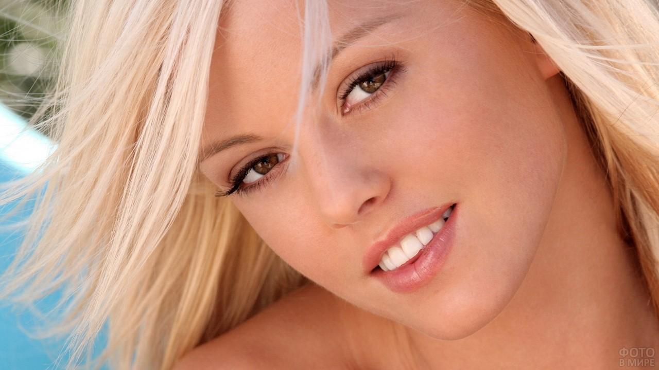 Симпатичная блондинка с карими глазами