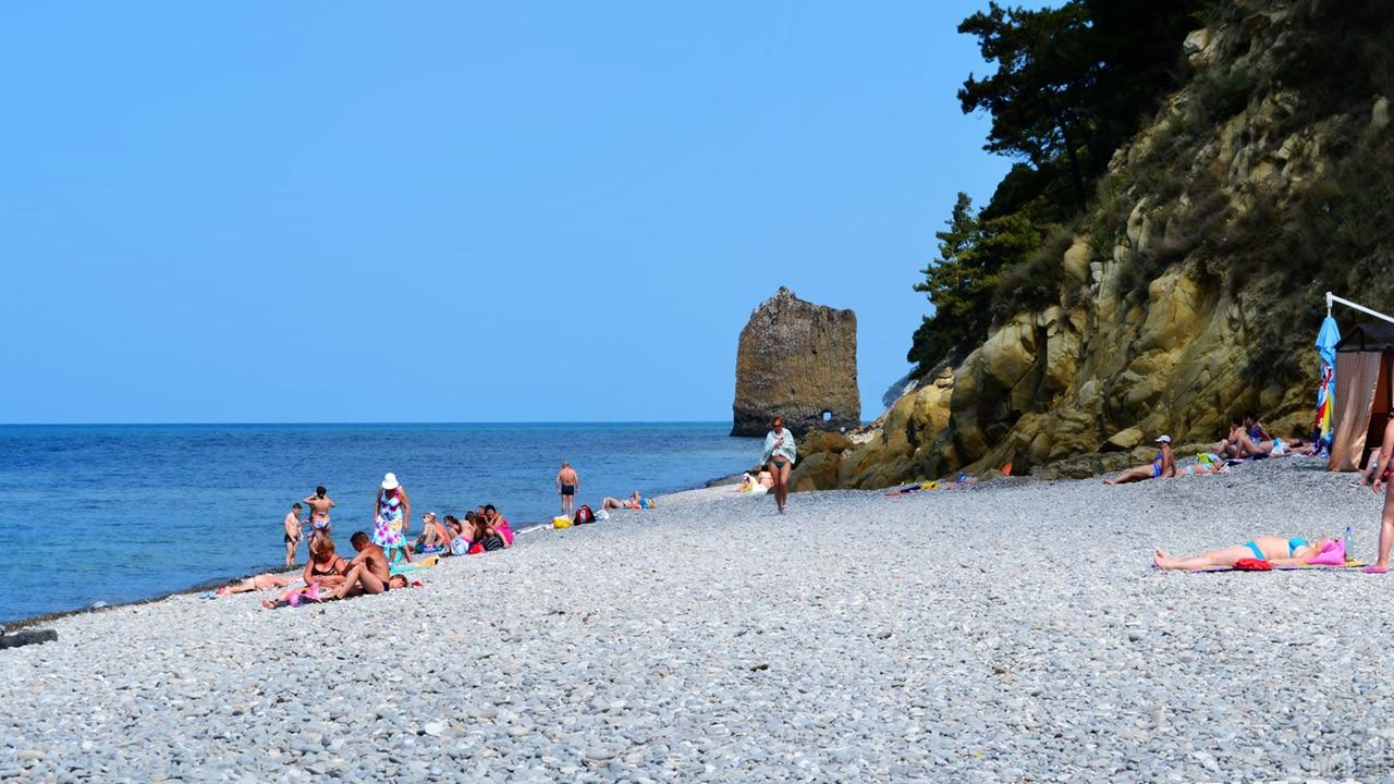 Дикий пляж у скалы Парус