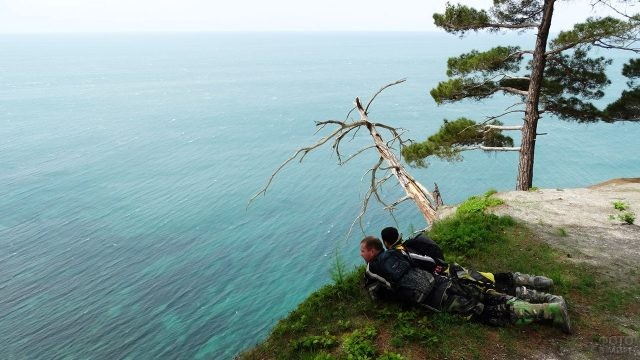 Экотуристы лежат над обрывом