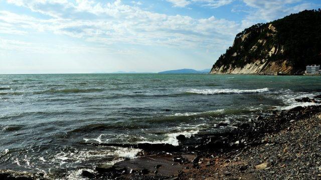 Морской прибой на диком пляже