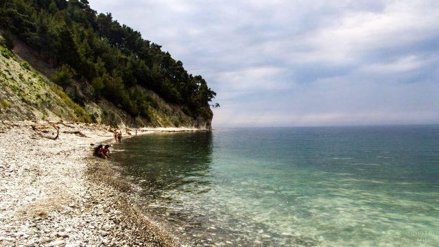 Просторный дикий пляж