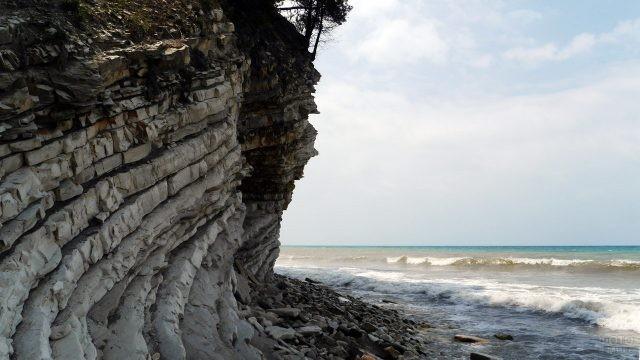 Слоистые скалы над берегом моря