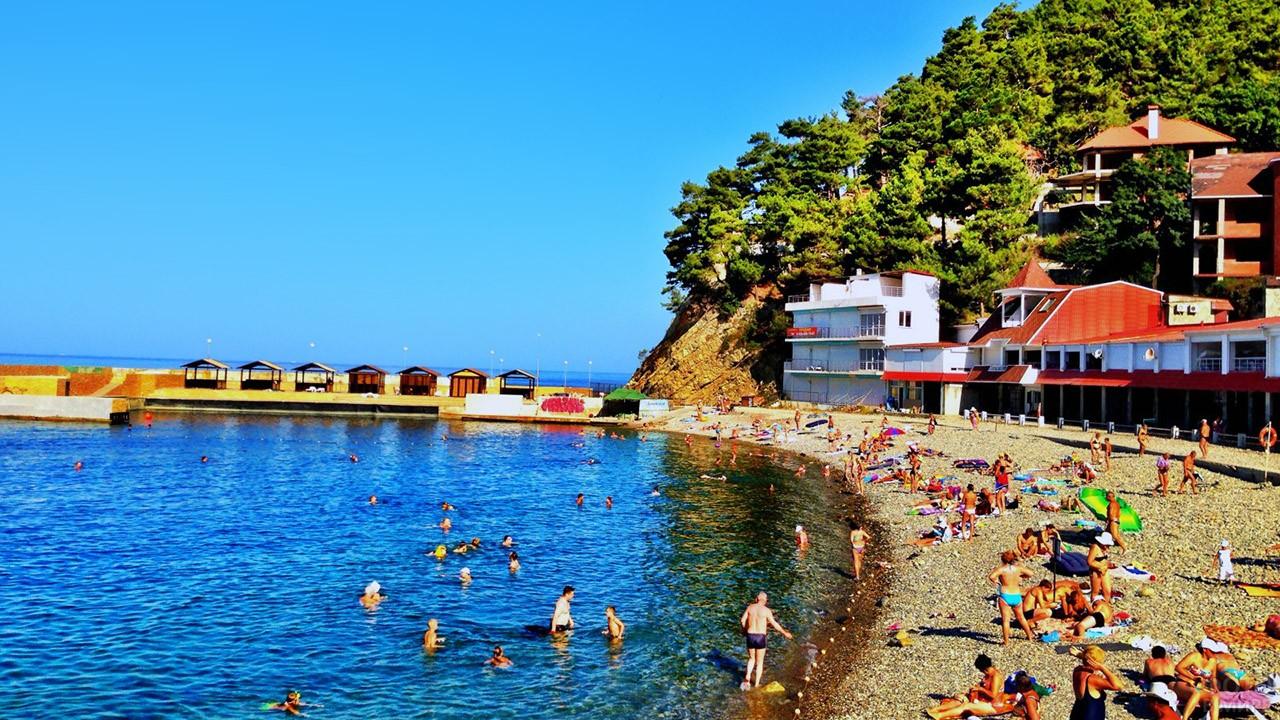 Туристы на солнечном пляже