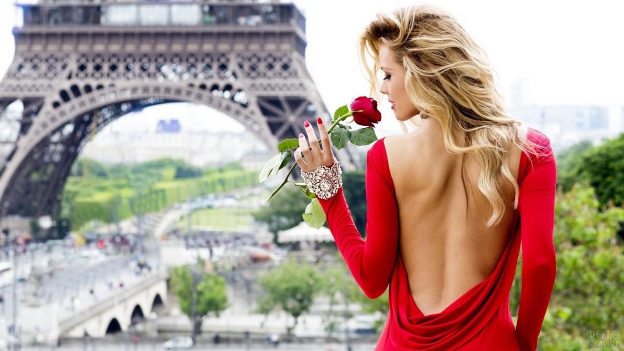 Блондинка с розой в красном платье в Париже
