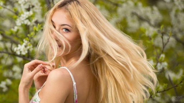 Нежная блондинка обернулась в саду