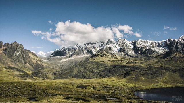 Красивый пейзаж высоких гор
