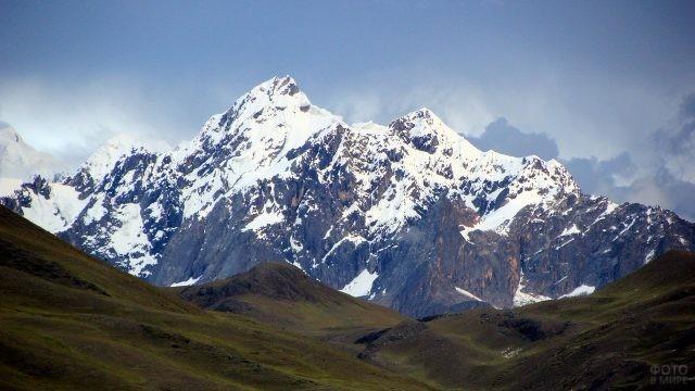 Красивый вид заснеженных гор