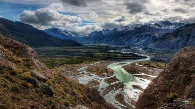Река, протекающая по долине