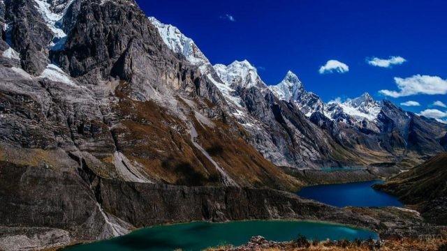 Три бирюзовых озера у подножия высоких гор