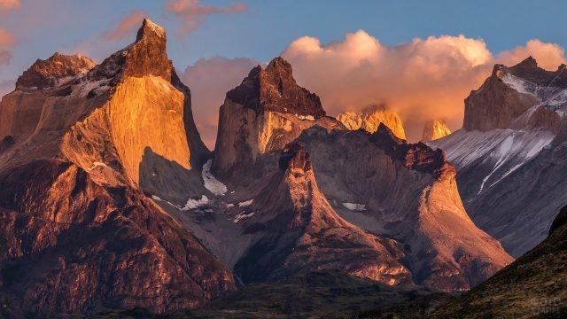 Величественная цепочка гор