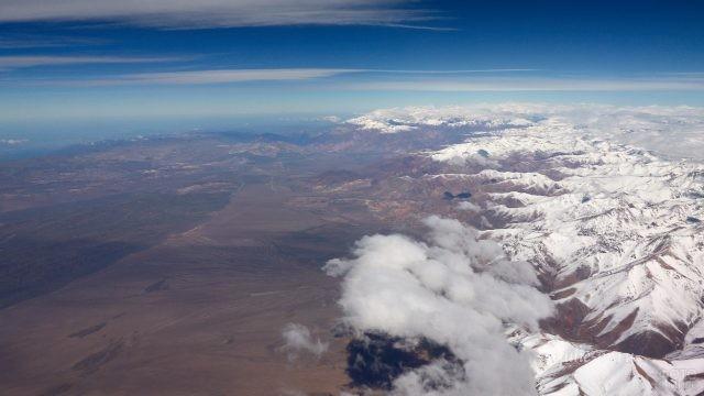 Вид сверху на заснеженную горную цепь
