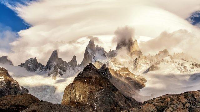 Высокие пики Андских гор, окутанные облаками
