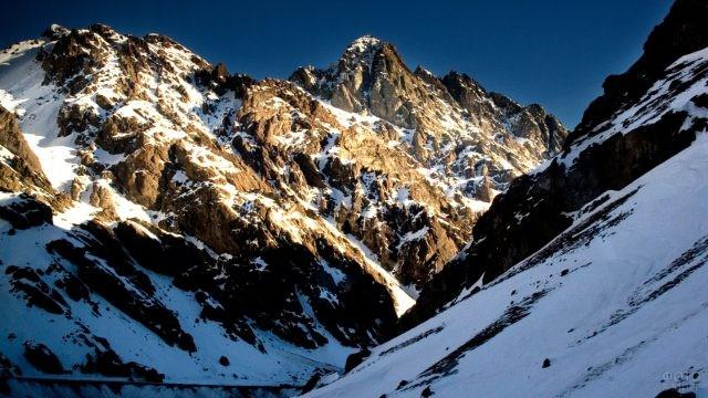 Зимний пейзаж заснеженных скалистых гор