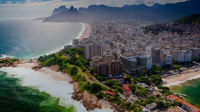 Городской пляж со скалистым берегом