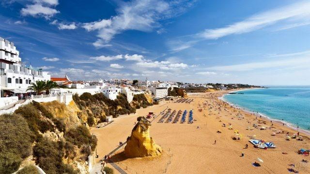 Городской пляж в Португалии