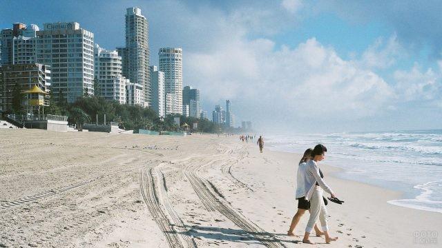 Люди гуляют по берегу океана