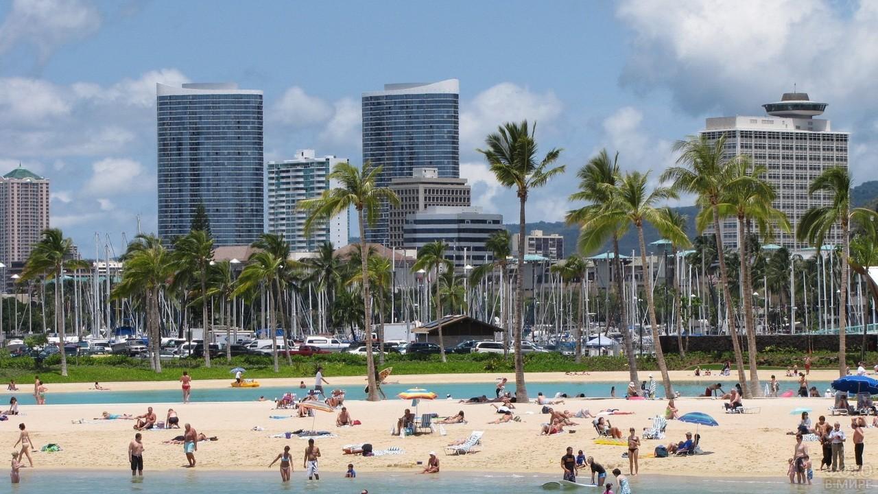 Пляж с пальмами в городе