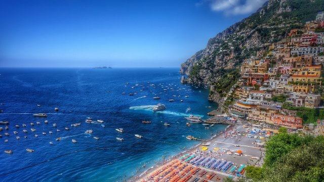 Пляж в городе, построенном на скале