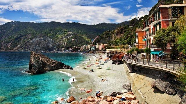 Пляж в Италии среди холмов
