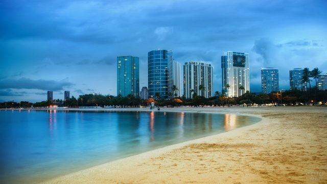 Вид на вечерний город с пляжа в Майами
