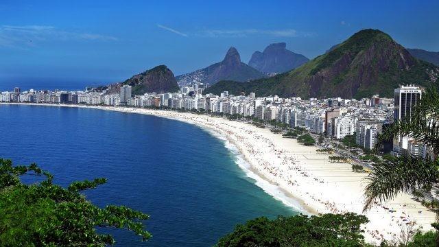 Вид с холма на городской пляж с белоснежным песком