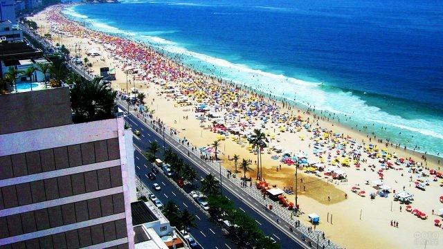 Вид сверху на городской пляж вдоль дороги
