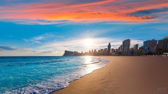 Закат на пляже Испании