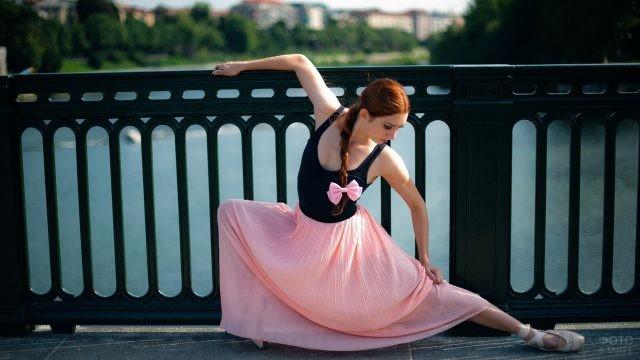 Балерина в розовой юбке на набережной