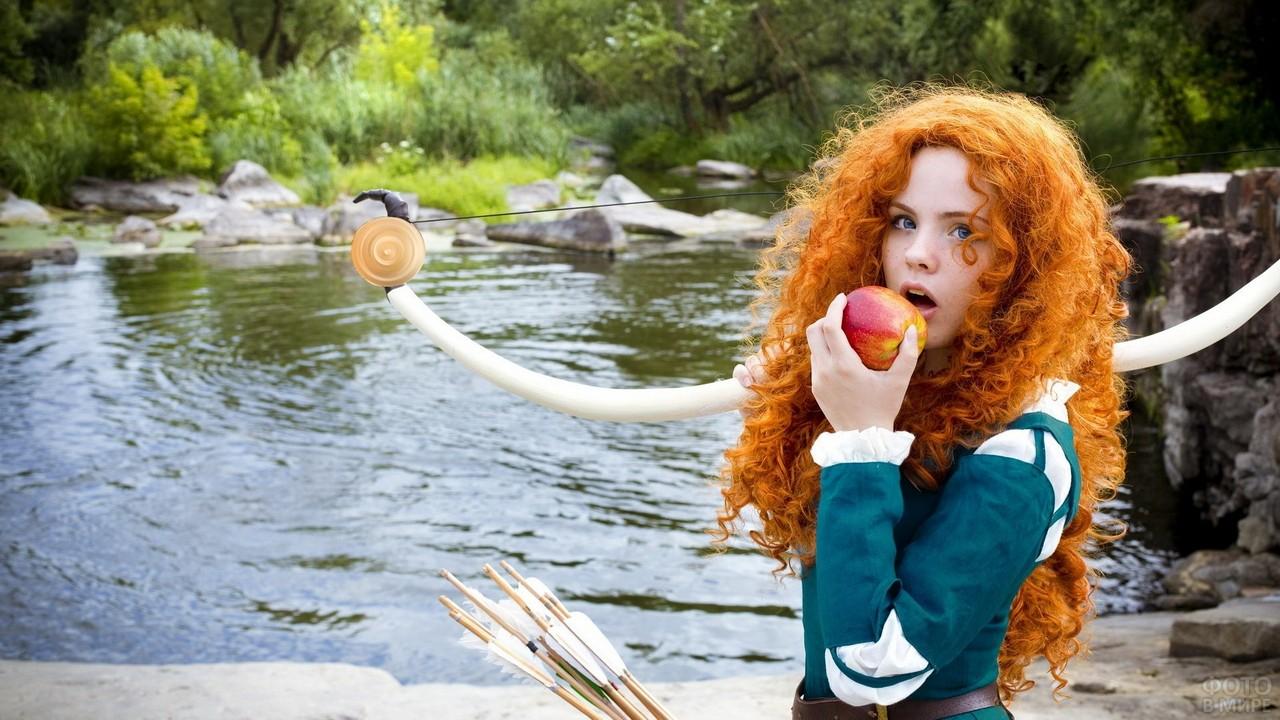 Девушка в костюме Мериды возле озера
