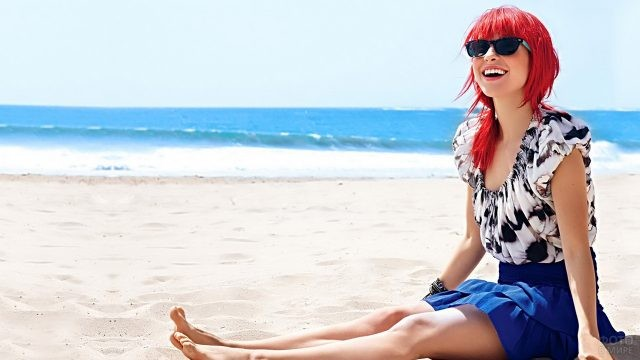 Хейли Уильямс в солнцезащитных очках на пляже