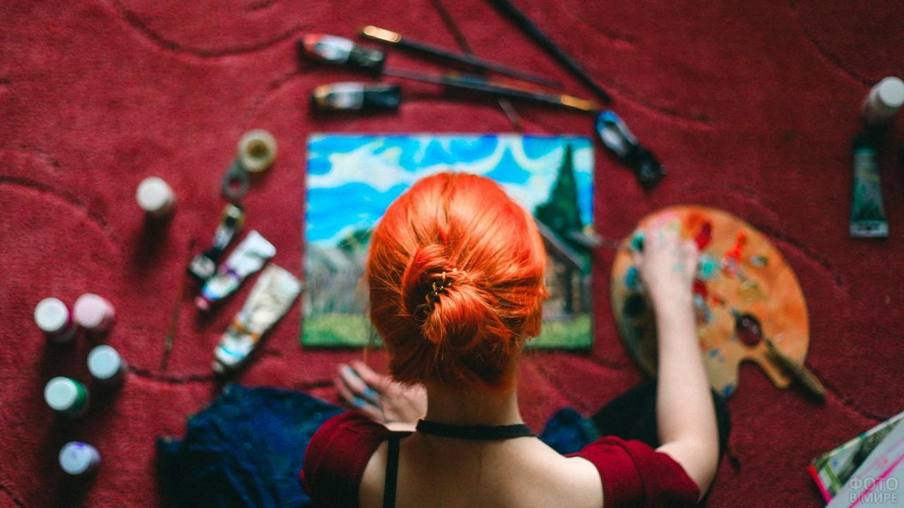 Ярко-рыжая художница пишет картину